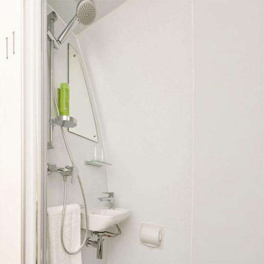 Vue intérieure d'une maison glamping, salle de bain
