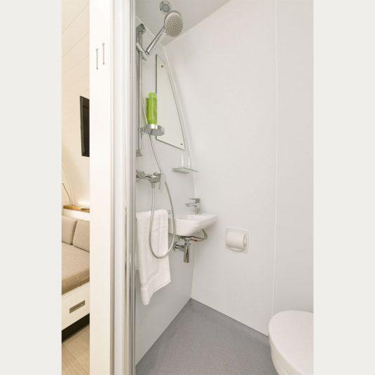 Glamping Resorts Naturhotelzimmer Innanansicht, Bad mit Keramik Waschbecken, WC und Dusche